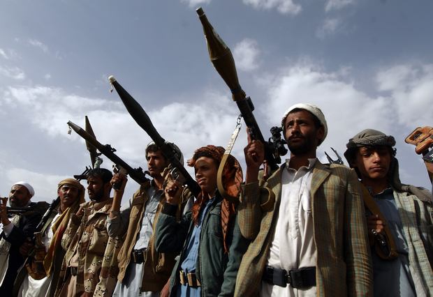 Armed tribesmen, loyal to the Shiite Huthi rebels, brandish their weapons at a gathering in the capital Sanaa to mobilize more fighters to battlefronts to fight pro-government forces in several Yemeni cities, on June 20, 2016. The Shiite Huthi rebels and their allies overran the capital Sanaa in September 2014 and went on to seize control of several regions, forcing President Abedrabbo Mansour Hadi to flee to Saudi Arabia. / AFP PHOTO / MOHAMMED HUWAIS