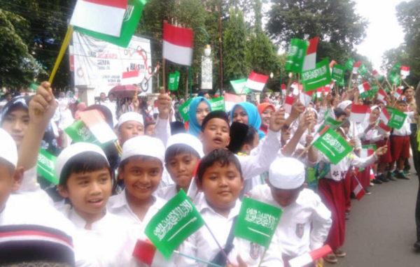 Rombongan siswa sekolah dasar di Bogor menyambut kedatangan Raja Arab Saudi Salman bin Abdulaziz Al Saudi, 1 Maret 2017. Foto: Vento Saudale/ Beritasatu.com