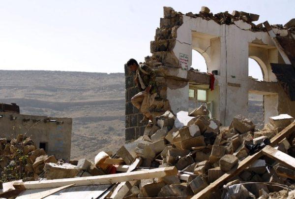 Seorang warga Yaman melihat sisa-sisa reruntuhan bekas serangan pasukan koalisi dalam upacara pemakaman di Sanaa pada 16 Februari 2017. Photo: Mohammed Huwais/ AFP