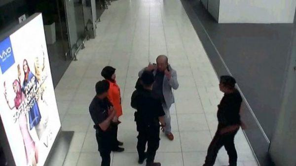 Rekaman CCTV memperlihatkan Kim Jong-nam melapor kepada petugas bandara Kuala Lumpur sesudah diolesi zat kimia oleh dua perempuan yang tak dikenalnya. Photo: AFP